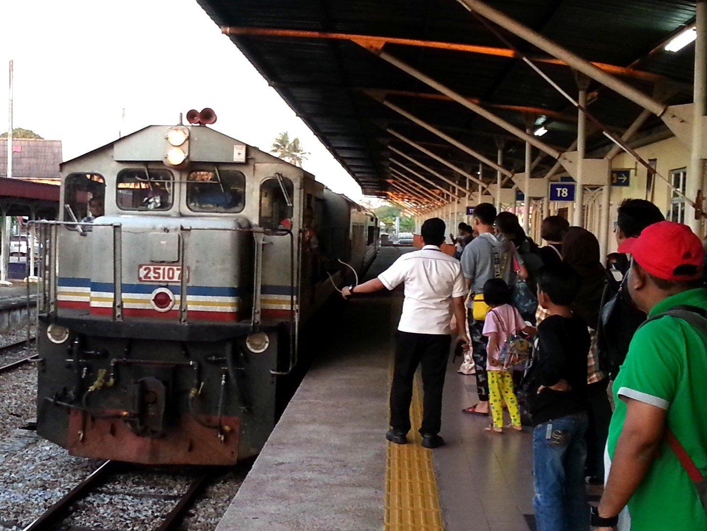 Ekspress Rakyat Timuran train at Wakaf Bharu